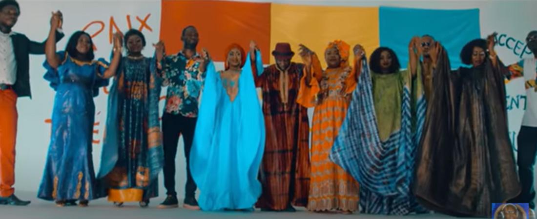 Clip : un collectif d'artistes chante pour la paix en Guinée.